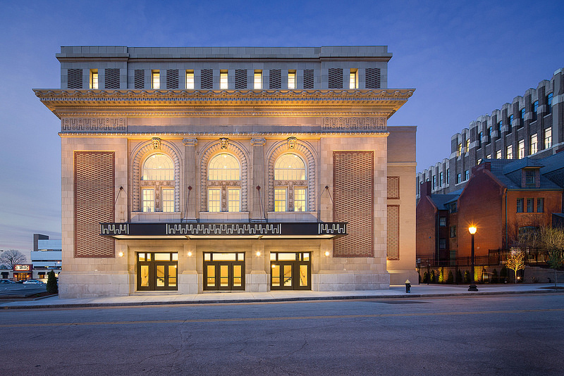"""Stunning Before and After Images of Sun Theatre Redefine The """"Feasible"""" Project"""